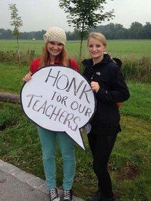 Tanja und Laura bei einem Warnstreik der Munich International School: